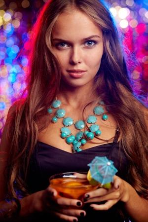 collares: Imagen de la chica bonita con un c?ctel en el club nocturno