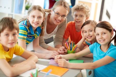 docenten: Portret van ijverige scholieren en leraar kijken camera op les