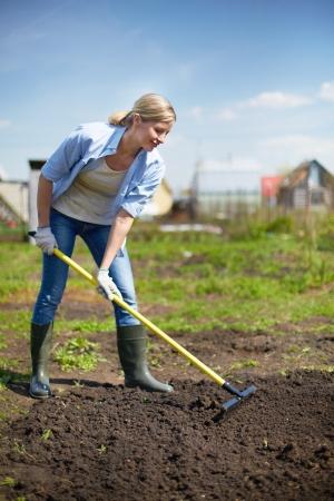 庭仕事の女性の農民のイメージ