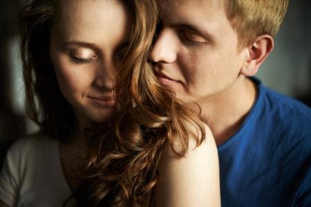 olfato: Joven disfrutando el olor del cabello de su novia