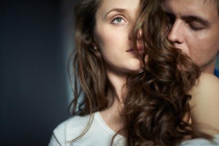 attraktiv: Junger Mann genießen Geruch der Haare von seiner Liebsten Lizenzfreie Bilder