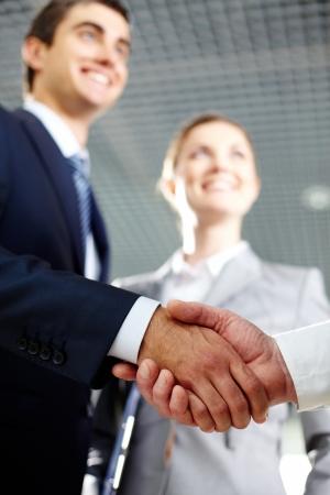契約に署名した後揺れ二人の男の手のクローズ アップ