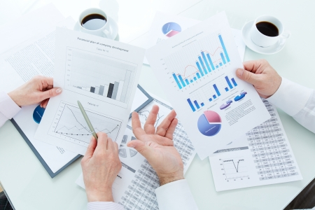 businesspartners: Por encima de ?ulo de maduras manos businesspartners durante la discusi?e los documentos