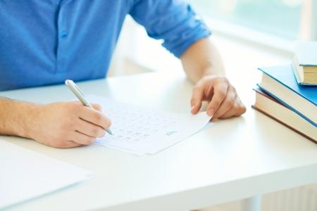 수업에서 시험을 수행하는 학생의 근접