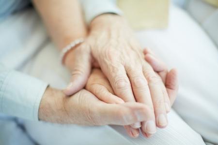 Primer plano de hombre de mayor edad de la mano de su esposa