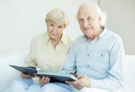 レジャーでカメラを見て率直な年配のカップルの肖像画