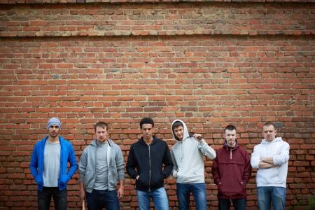 raperos: Retrato de varios gamberros callejeros o raperos