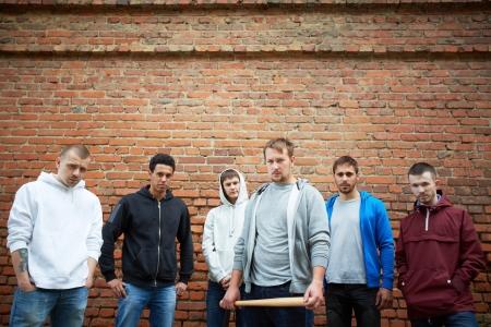 raperos: Retrato de varios gamberros callejeros raperos o en el fondo de la pared de ladrillo Foto de archivo