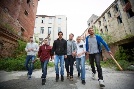 Portret van hatelijke hooligans walking down straat