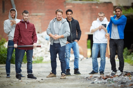 pandilleros: Retrato de hombres peligrosos en la calle Foto de archivo