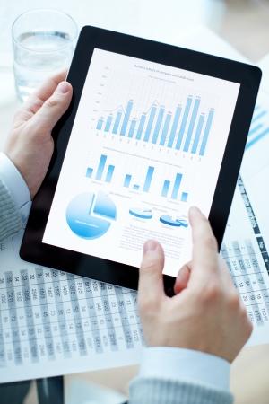Handen van de zakenman die touchpad met elektronisch document Stockfoto