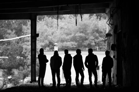 pandilleros: Contornos de chicos peligrosos fuera Foto de archivo