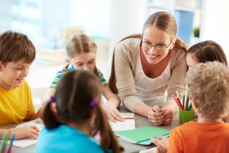 勤勉な学童と彼らの教師のレッスンで話の肖像画