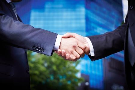 akkoord: Close-up van mensen uit het bedrijfsleven verwelkomen elkaar in de binnenstad