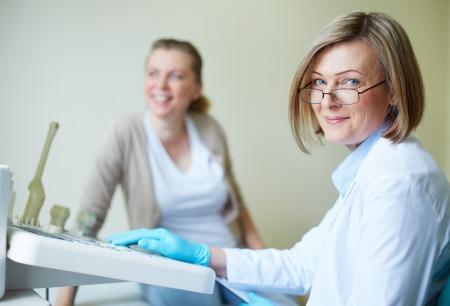 Mooie jonge vrouw die zich periodiek bij ziekenhuis Stockfoto