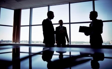 L'image d'un gestionnaire Shady discuter de questions d'affaires avec ses subordonnés Banque d'images - 20818556