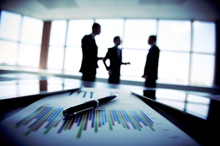 Schaduwrijke beeld van een business team bespreken van de meest recente financiële resultaten