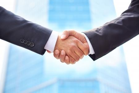 一緒にビジネスを行うためにビジネス パートナー握手のクローズ アップ