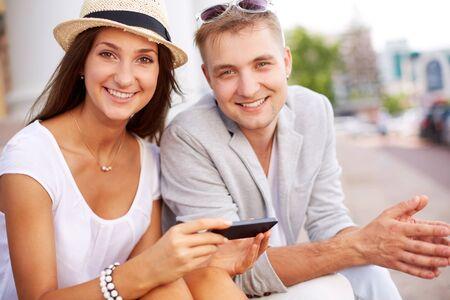 hanging around: Feliz ni�a y su novio colgando por fuera
