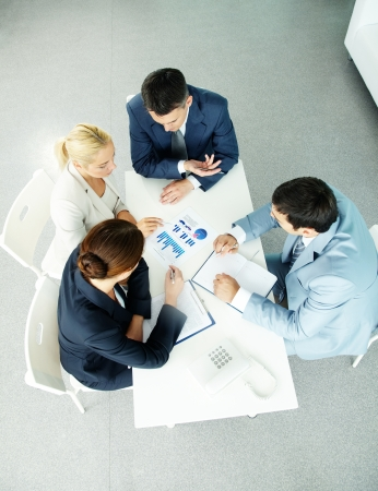 Boven uitzicht van succesvolle partners tijdens de onderhandelingen op de vergadering
