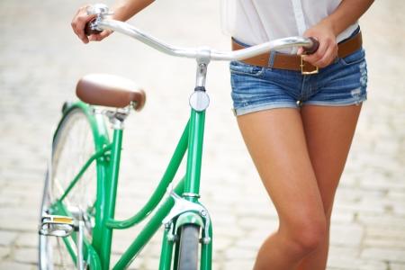 自転車を持つ若い女性のクローズ アップ