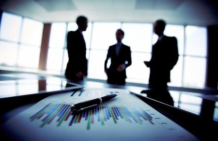 L'image ombragé d'une équipe d'affaires discuter des derniers résultats financiers