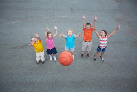 バスケット ボール競技場で遊んで楽しい友人イメージ 写真素材 - 21278147