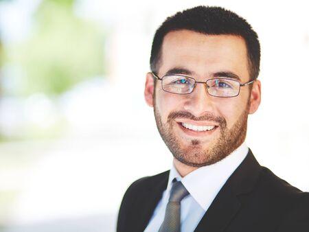elegant business man: Close-up ritratto di un imprenditore di successo guardando la fotocamera con sorriso