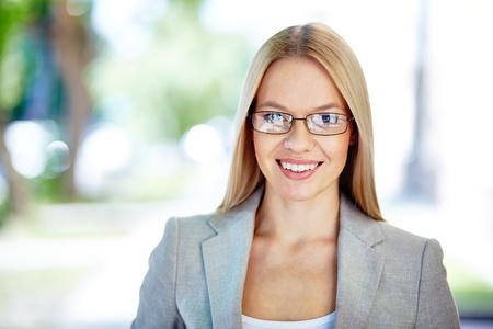 Portrait d'une jeune femme souriante regardant la caméra Banque d'images