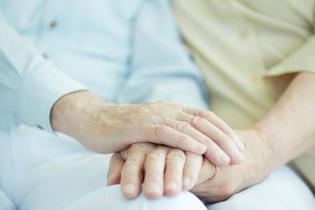 damas antiguas: Close-up de manos masculinas de alto nivel en la mano de su esposa