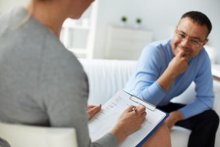 심리 치료 세션에서 성숙한 남자 컨설팅 여성 심리학자 스톡 콘텐츠