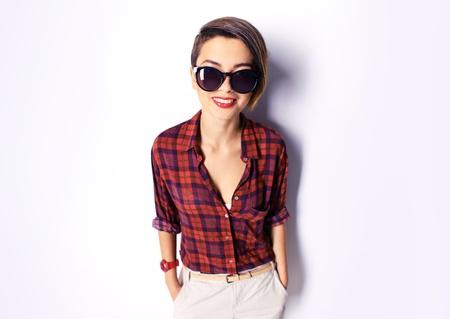 Isolierte Porträt einer coolen Mädchen tragen Sonnenbrillen Standard-Bild - 31132647