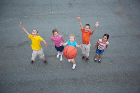 baloncesto chica: Imagen de amigos felices jugando al baloncesto en el polideportivo Foto de archivo
