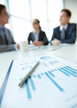 従業員の企画会議で作品の背景にビジネス文書