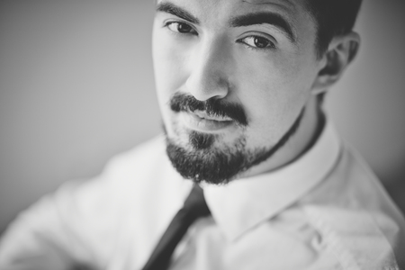 gestos de la cara: Imagen Negro y blanco de hombre elegante mirando a la c�mara