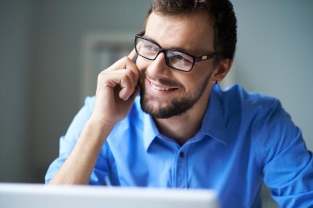 personas trabajando: Apuesto hombre de negocios hablando en el tel�fono Foto de archivo