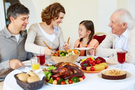 familia cristiana: Retrato de familia feliz sentado en la mesa de fiesta, mientras que la cena de Acci�n de Gracias Foto de archivo