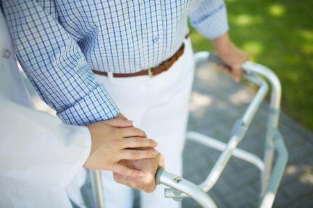 responsabilidad: Primer plano de la mano del m�dico en esa mujer con discapacidad Foto de archivo
