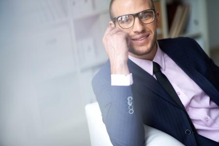 uomo felice: Ritratto di attraente maschio in tuta e occhiali da vista guardando la fotocamera con sorriso