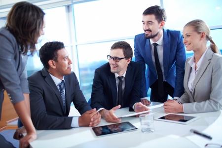 회의에서 자신의 아이디어를 논의하는 비즈니스 파트너 그룹