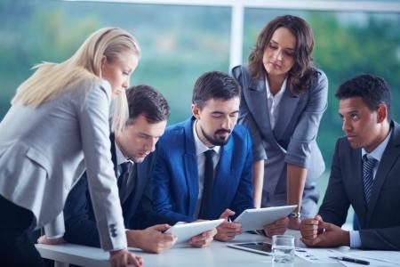 Elegante Business-Partner die Planung der Arbeit auf die Erfüllung