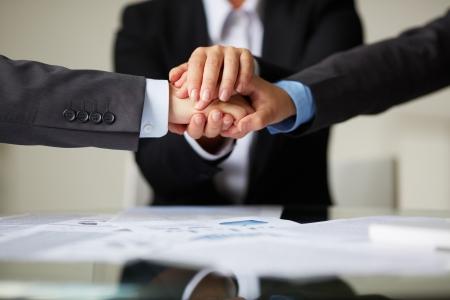 compa�erismo: Imagen de asociados de negocios de manos en la parte superior de cada uno a otro que simboliza el compa?erismo y la unidad Foto de archivo
