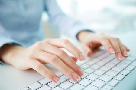 Vrouwelijke beambte te typen op het toetsenbord Stockfoto