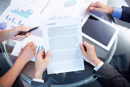 contrato de trabajo: Imagen de manos humanas durante la discusi�n del contrato en reuni�n