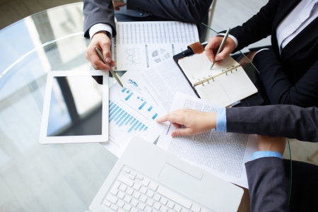 회의에서 작업을 계획하는 동안 인간의 손의 이미지