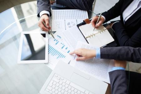 Afbeelding van menselijke handen tijdens werkplanning op vergadering Stockfoto