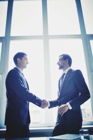 integridad: Fotos de hombres de negocios exitosos apret�n de manos despu�s del reparto llamativo Foto de archivo
