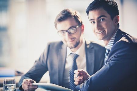 informe comercial: Imagen de j�venes empresarios inteligentes mirando a la c�mara en el cumplimiento de