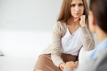 empatia: Imagen de paciente triste mirando psiquiatra durante la discusi�n de su problema Foto de archivo