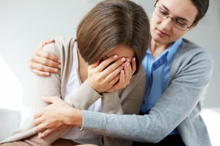 Afbeelding van meelevende psychiater troost haar huilen patiënt